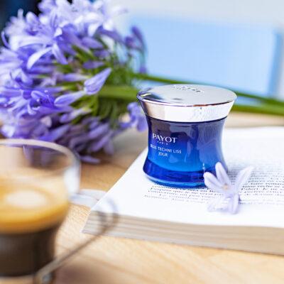Payot Blue Techni Liss Jour avec livre et fleurs